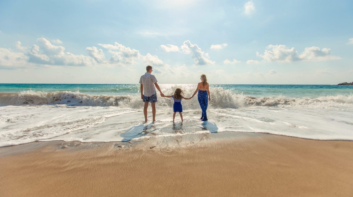 Feature | family on the beach | Budget Vacation Ideas For Fun, Frugal Families | budget vacations 2018